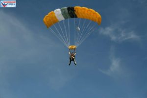 Fallschirm öffnet automatisch
